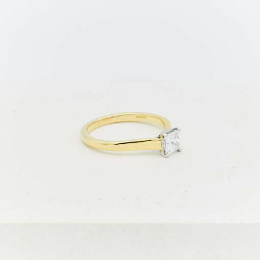 round-solitaire-gold
